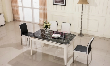 Lesklý mramorový stôl