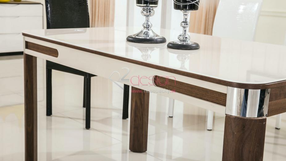 Stôl s pohármi.jpg